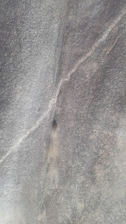 ممكن تحليل الفرج ويوجد رموز.في نفس صخره  Img-2055