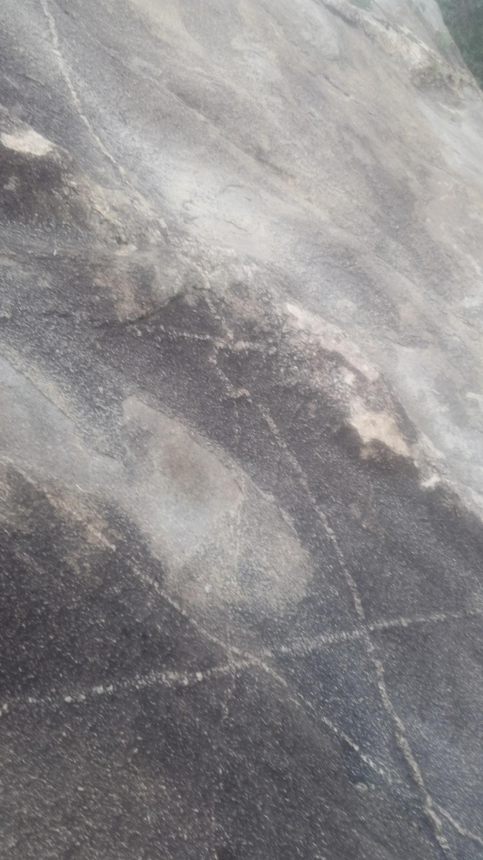 ممكن تحليل الفرج ويوجد رموز.في نفس صخره  Img-2057